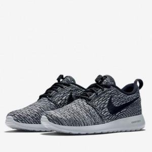 Nike Roshe One Flyknit Runner in Grey / Black